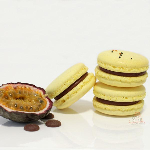 Macarons cu ciocolata cu lapte si fructul pasiunii
